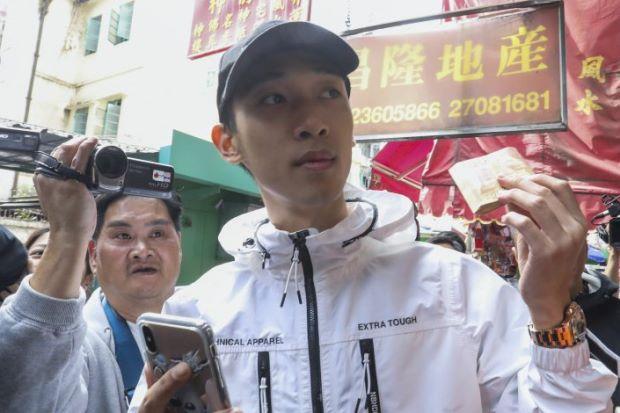 Wong Ching-kit gives away the money in Hong Kong